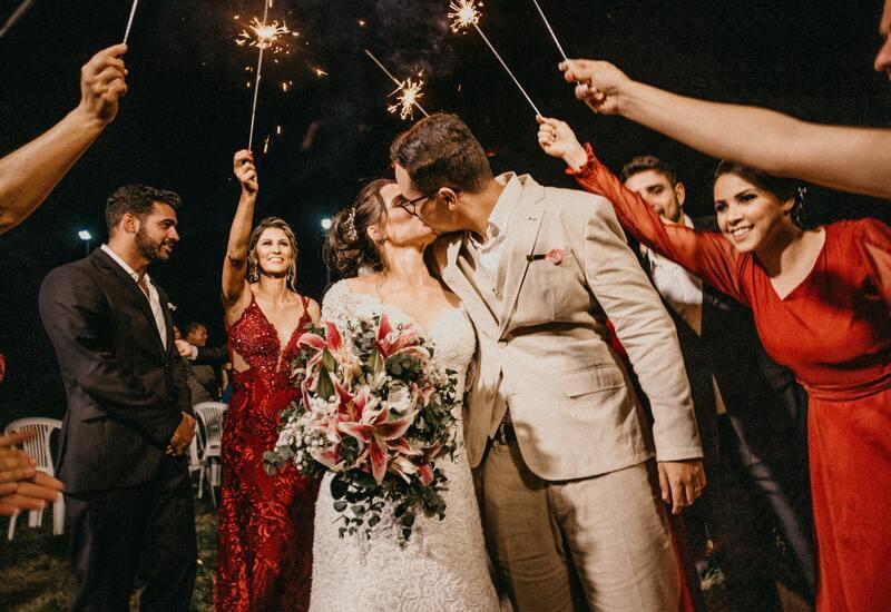 bruidspaar die kust met vuurwerk op de achtergrond