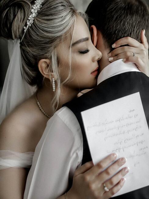 bruidspaar die knuffelen