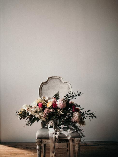 beige stoel met bloemen