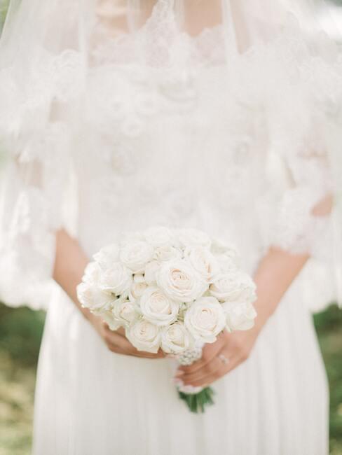 bruid met een witte rozen boeket