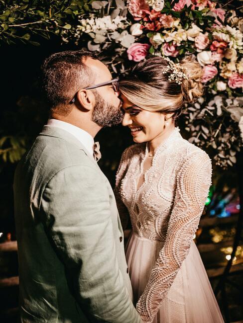 bruidspaar met bloemen op de achtergrond