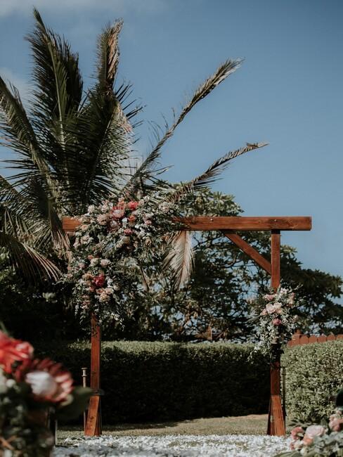 houten prieel met bloemen