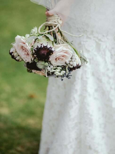 witte jurk met witte en groene bloemen in een boeket