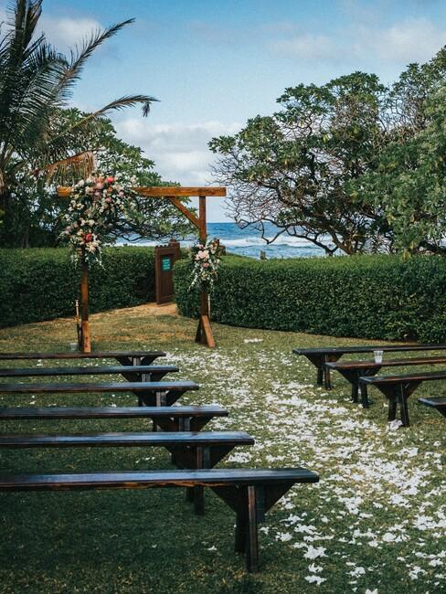 tuin bruiloft met een houten boog met bloemen