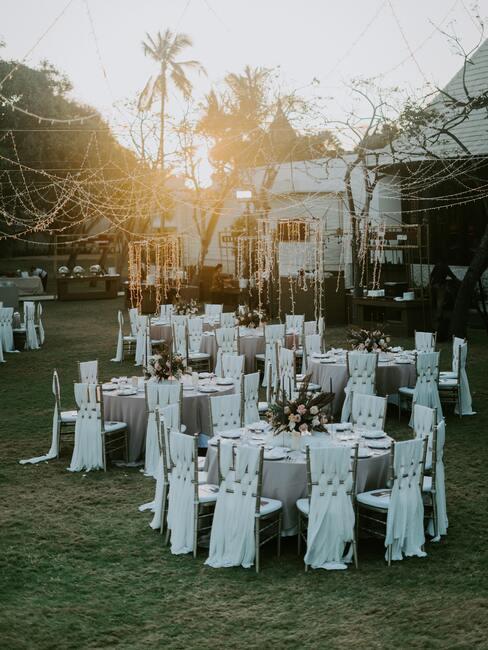 tuin bruiloft: tafels met stoelen