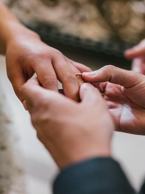 de huwelijksceremonie ringen uitwisselen