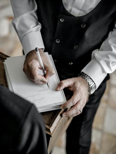 man die een handtekening zet