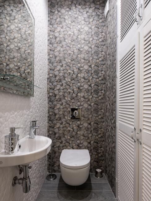 grijze tegels met wit toilet