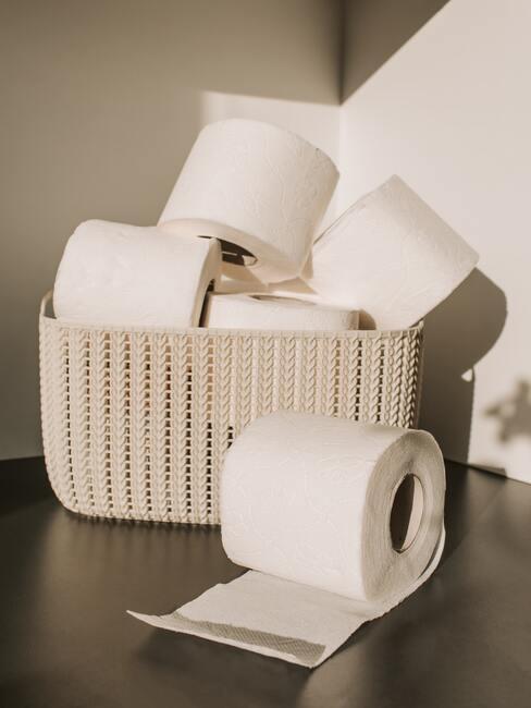 taupe kleurig mandje met wc rollen