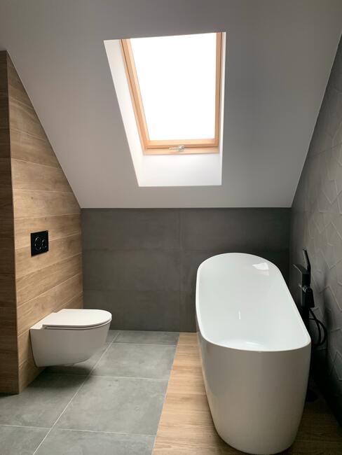 houten tegels in een badkamer met een ligbad