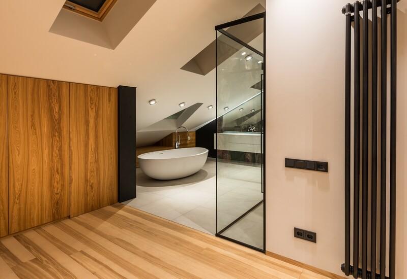 houtem vloer met een moderne badkamer