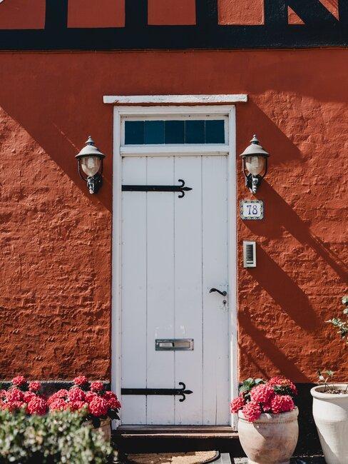 witte voordeur met bloemen