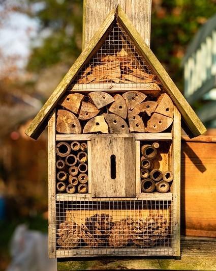 zelfgemaakt houten bijenhotel