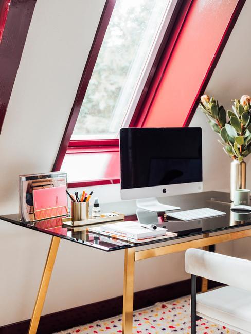 kantoor met een imac en een gouden bureau