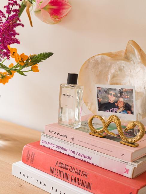 roze boeken opgestapeld