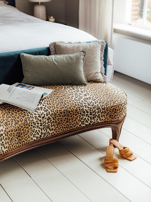 luipaard bankje met beige kussens