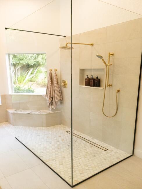 beige badkamet met gouden kranen