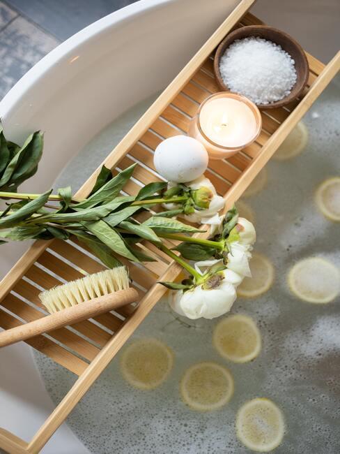 houten badmeubel met bloemen en zeep erop