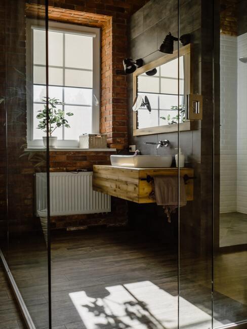 houten badkamermeubel met zwarte lampjes