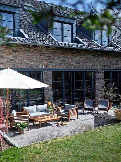 houten tuinset met witte parasol en zwarte schuifdeur