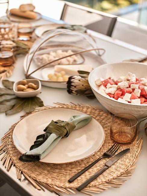 gedekte tafel met rieten placemats
