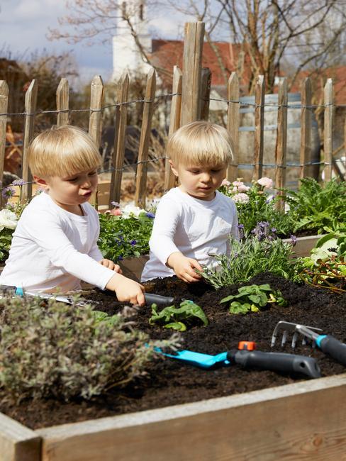 2 jongens aan het tuinieren