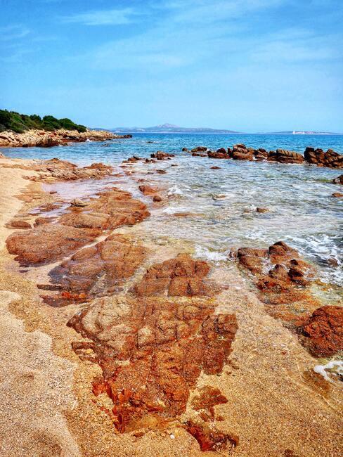 rotsen bij een strand