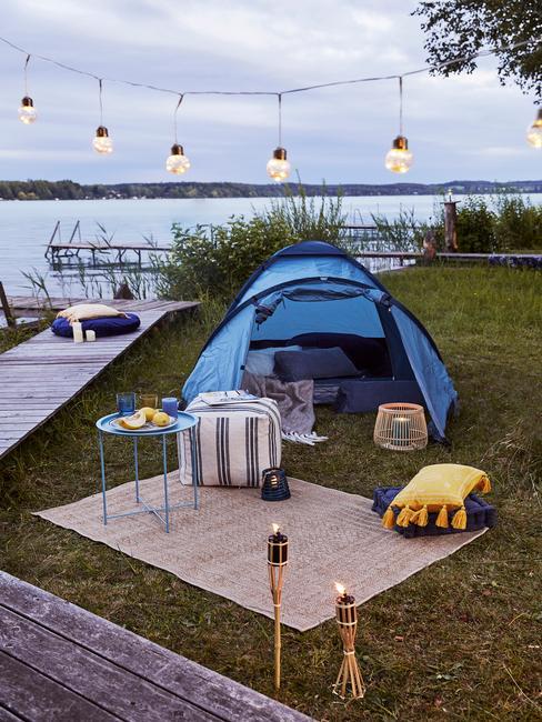 blauwe tent met zwarte lampen