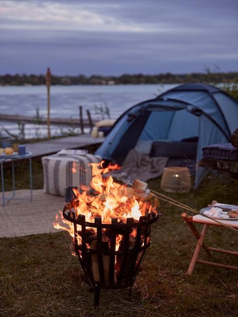 vuurkorf voor een blauwe tent