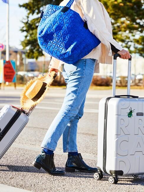 witte koffer met een blauwe tas