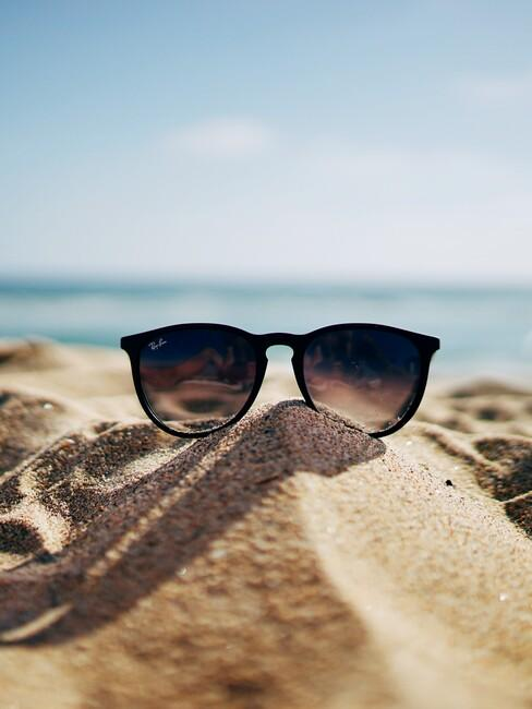zonnenbril op een strand