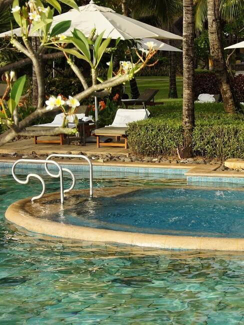 een zwembad met bubbelbad
