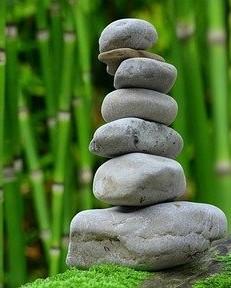 stenen opgestapeld met bamboe op de achtergrond