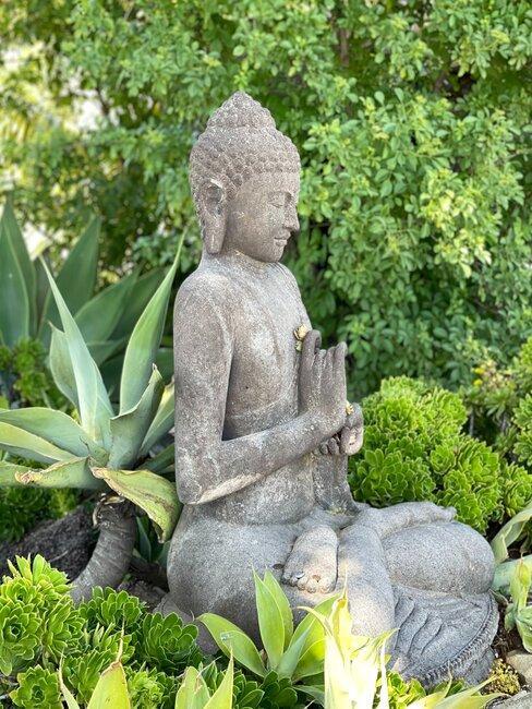 buddha in japanse tuin