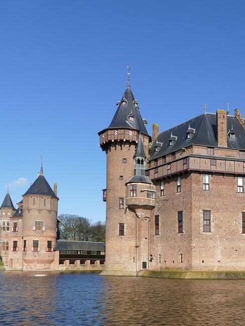 kasteel met water eromheen