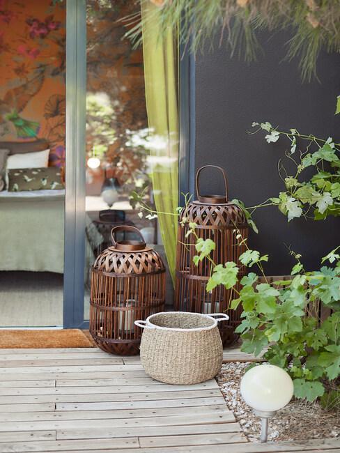 windlichten op een houten veranda