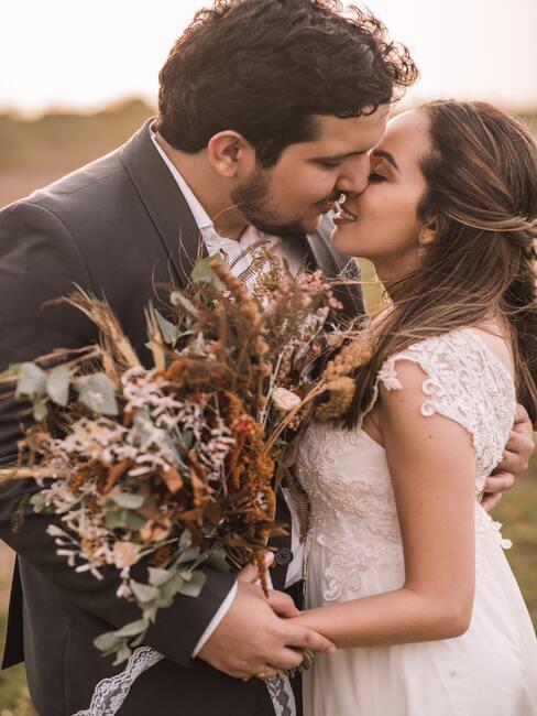 bruidspaar met een veldboeket