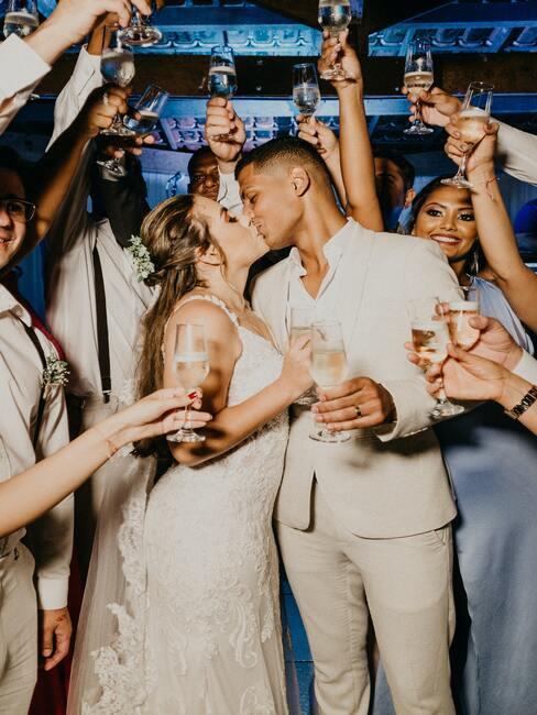 bruidspaar op een feest
