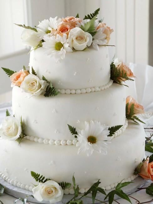 bruiloft inspiratie: witte bruidstaart met roze en witte bloemen