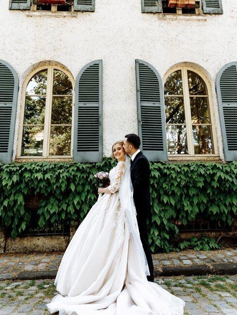 pas getrouwd stel voor een wit gebouw