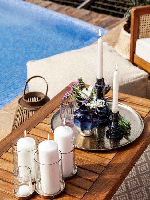 houten tafel met kaarsen en dienblad