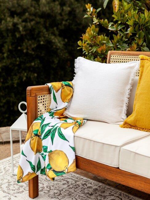 outdoor bank met kussens en plaid met citroenen print