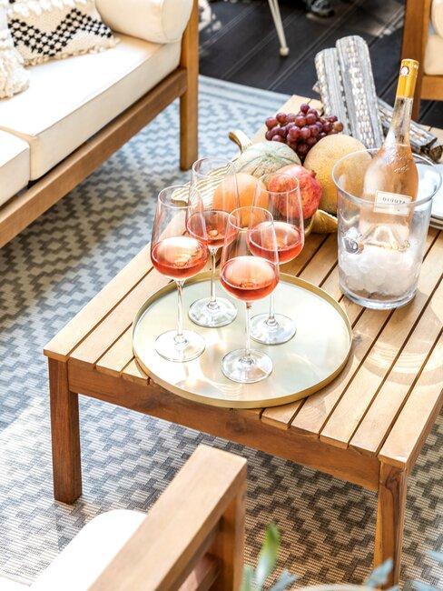 houten buiten tafel met vloerkleed