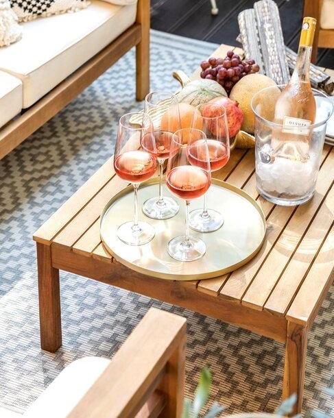 houten outdoor tafel met glazen wijn