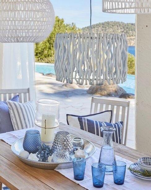 blauwe details op een houten tafel onder een veranda