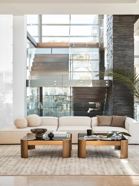 witte bank met houten salontafels en beige vloerkleed