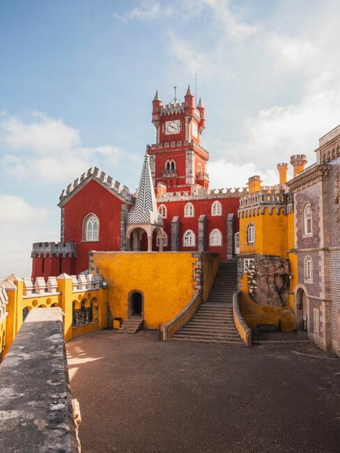 rood met gele gebouwen