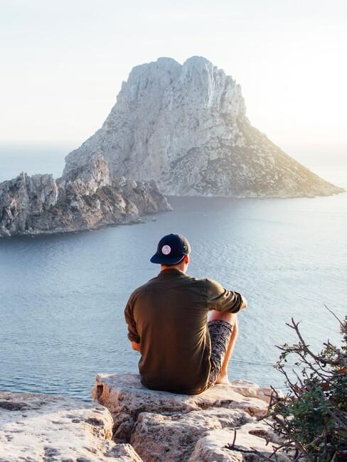 man op een rots in Ibiza