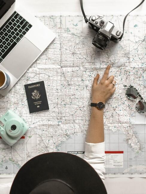 vrouw wijst iets aan op een landkaart