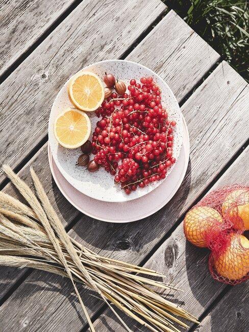 fruit op een houten tafel